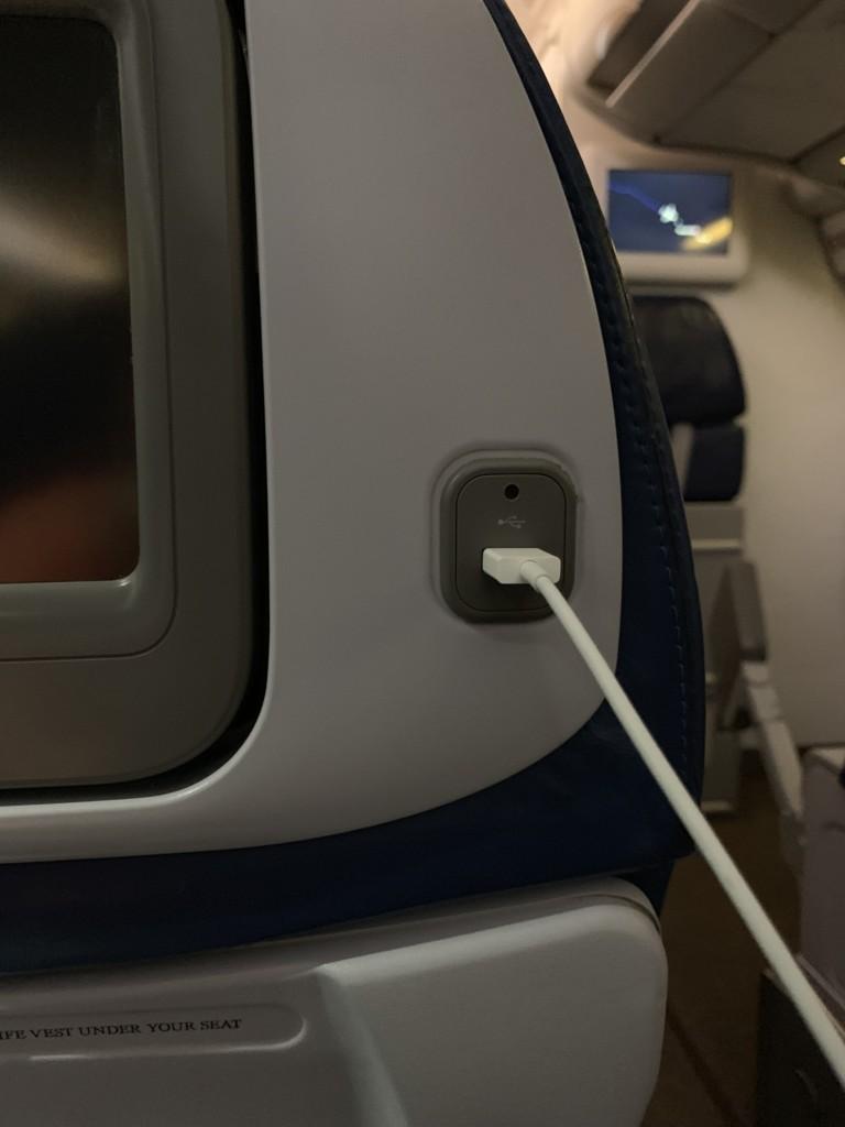ハワイアン航空のUSB充電ポート